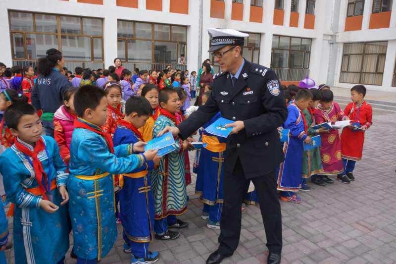 鄂托克旗首套蒙汉双语交通安全教程走进学堂