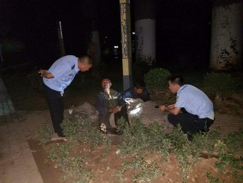 铜川市:王家河派出所暴雨中救助两名流浪乞讨者